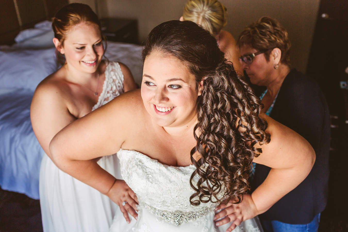 beautiful plus sized bride gets ready in a hotel room in kelowna bc